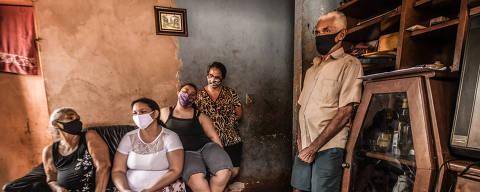 FLORÍNEA/ SÃO PAULO/ BRASIL - 02/09/20 - :00h - RAIO X SOBRE A COVID NAS REGIÃO SUDESTE E NORDESTE DO BRASIL.  Maria Barbosa Meira, 62, ( à esquerda) foi a primeira moradora a contrair Covid-19 na cidade de Florínea. Na sala de casa, ela está sentada ao lado das filhas, Cristiane Barbosa Meira dos Santos, 35, Ana Luiza Barbosa Meira , 18, e Daniela Barbosa Meira, 37, em pé, o marido de Maria, Aldo Vasconcelos Meira,62   ( Foto: Karime Xavier / Folhapress) . ***EXCLUSIVO***Especial - O Brasil das várias pandemias  #PraCegoVer Família reunida na sala da casa . As cinco pessoas usam máscaras.