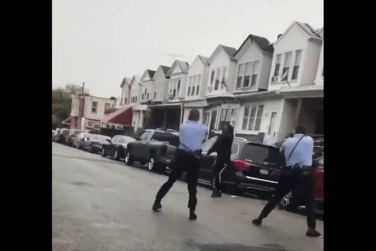 Policiais apontam armas contra Walter Wallace Jr. durante ação que resultou em sua morte na Filadélfia