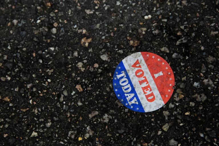 Adesivo com a frase 'eu votei hoje' no chão da prefeitura da Filadélfia, no estado da Pensilvânia