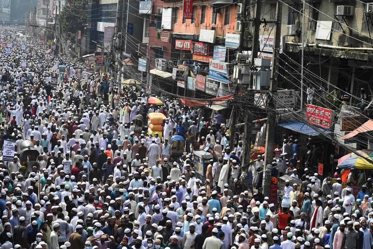 Manifestantes e apoiadores do partido político Islami Andolon Bangladesh marcham em Daca durante protesto que pede o boicote de produtos franceses