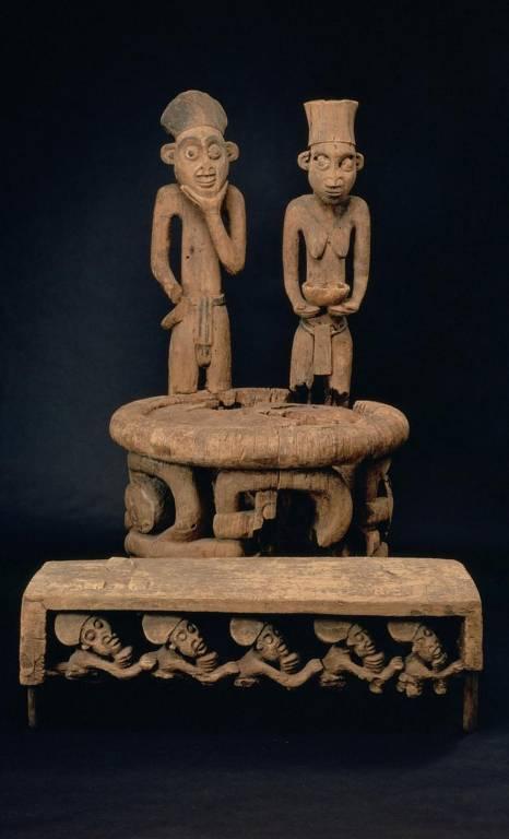 Duas esculturas antropomórficas formam as costas do trono de um rei ou sultão