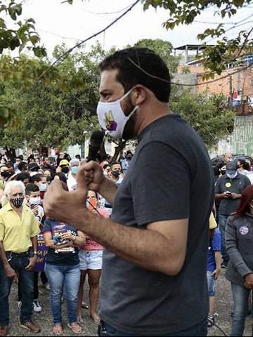 Candidato a` Prefeitura de Sa~o Paulo Guilherme Boulos (PSOL) em campanha de rua. (Foto: Reprodução/Instagram)