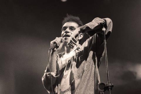 SÃO PAULO, SP, BRASIL, 12-08-1990: Música: o vocalista Renato Russo durante show da banda Legião Urbana, no estádio do Parque Antarctica. (Foto: Adi Leite/Folhapress - Negativo: SP06574-1990)
