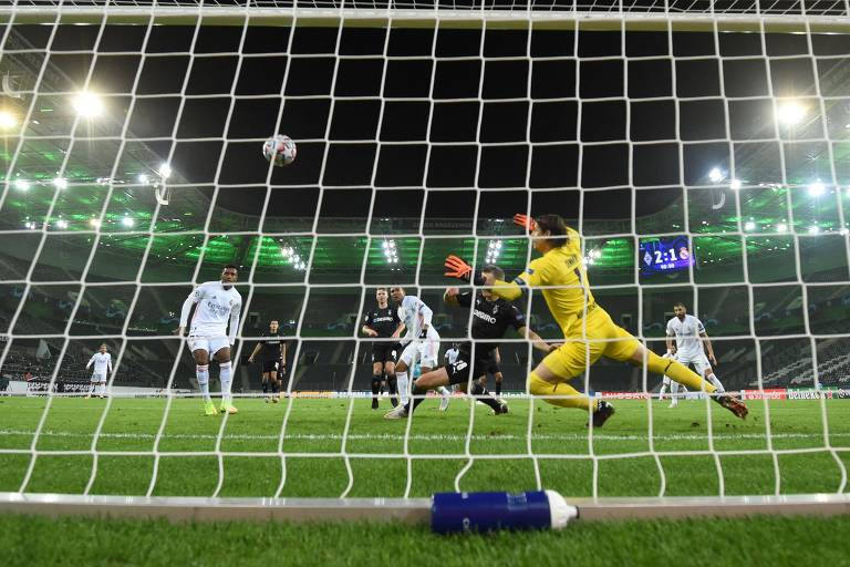 Casemiro (de branco, no centro da foto) marca para salvar o Real Madrid nos acréscimos da partida contra o Borussia Mönchengladbach, na Alemanha, pela Liga dos Campeões