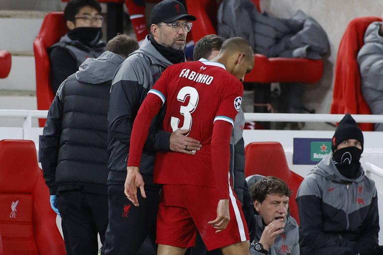 Fabinho é amparado por Klopp após se machucar e ser substituído na partida entre Liverpool e Midtjylland, nesta terça, pela Champions League