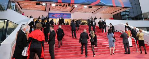 Guest arrives at the Palais des Festivals et des Congres ahead of Cannes 2020 Special, a mini-version of the Cannes Film Festival, on October 27, 2020, in Cannes, southeastern France. - Cannes 2020 Special, held amid the Covid-19 (novel coronavirus) pandemic after the 73rd edition of the Cannes Film Festival scheduled for May 2020 was cancelled over sanitary measures, runs from October 27 to 29, 2020. (Photo by Valery HACHE / AFP)