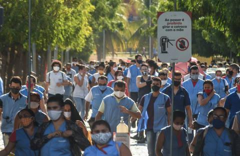 SOBRAL/ CEARÁ/ BRASIL - 13/09/20 - :00h - RAIO X SOBRE A COVID NAS REGIÃO SUDESTE E NORDESTE DO BRASIL Funcionários da Grendene, todos com máscara de proteção, deixam a fábrica de Sobral, no Ceará, numa tarde de setembro  ( Foto: Karime Xavier / Folhapress) . ***EXCLUSIVO***Especial - O Brasil das várias pandemias