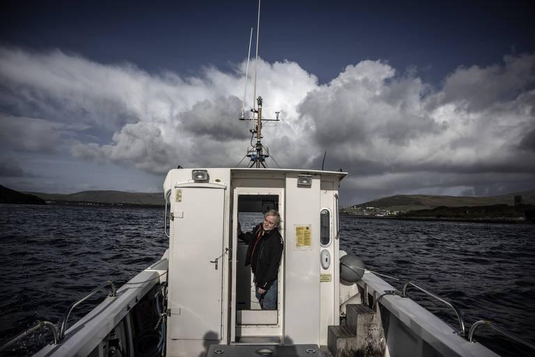 Michael O'Neill da Dingle Boat Tours, um dos dois grupos que operam viagens de observação de golfinhos no porto, em Dingle, Irlanda