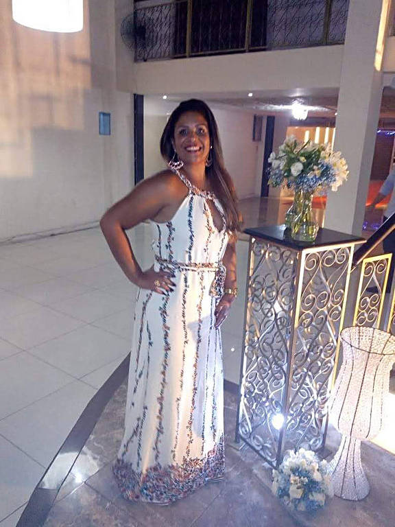 Mulher de vestido branco e cabelos compridos
