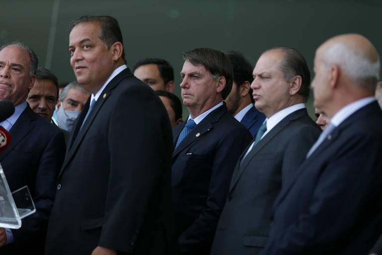 O presidente Jair Bolsonaro e o deputado Ricardo Barros (à dir.), entre outros congressistas e ministros, durante anúncio do programa Renda Cidadã