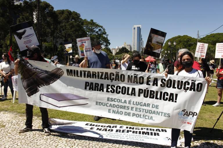 Protesto contra militarização de escolas no Paraná