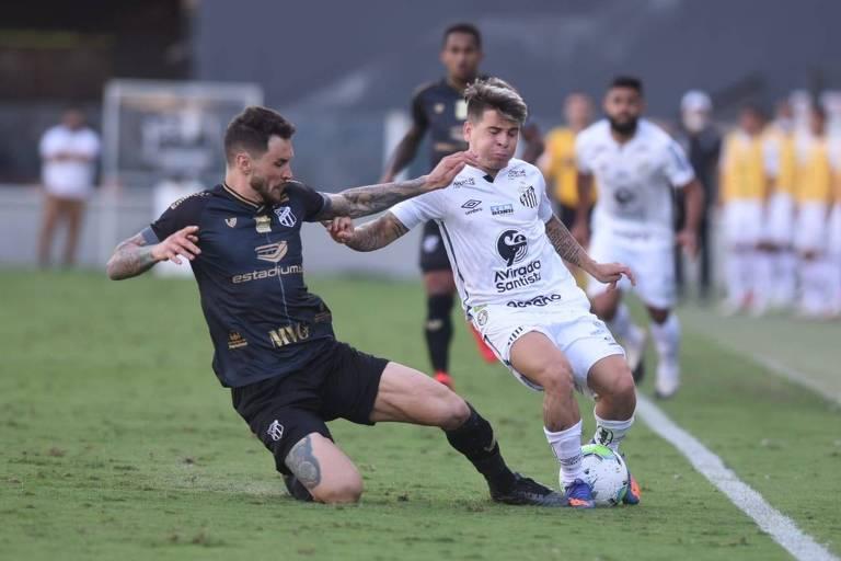 Soteldo do Santos disputa bola com jogador de Ceará pela Copa do Brasil
