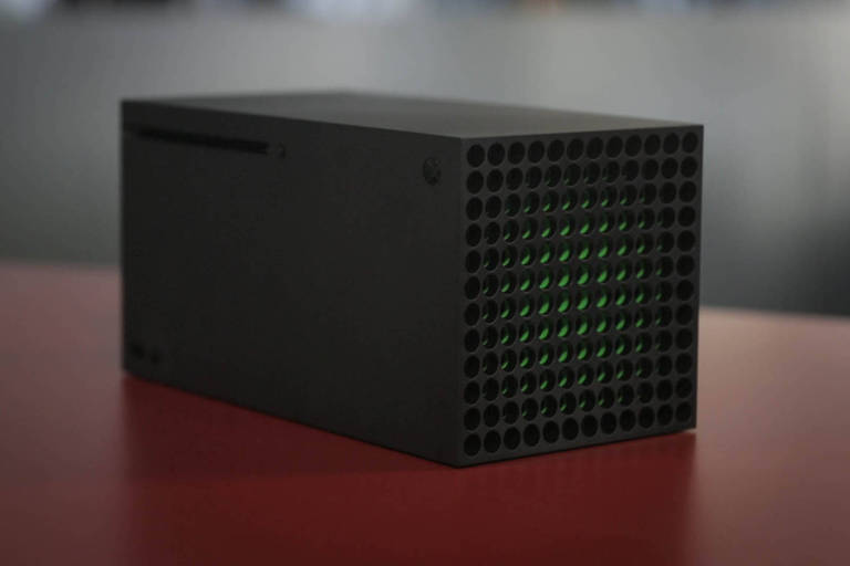 Imagem mostra novo Xbox Series X em mesa vermelha