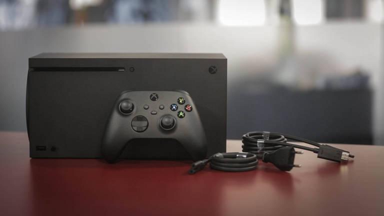 Imagem mostra todos os componentes do Xbox Series X. Controle posicionado em frente ao console com cabo de energia e cabo HDMI ao lado
