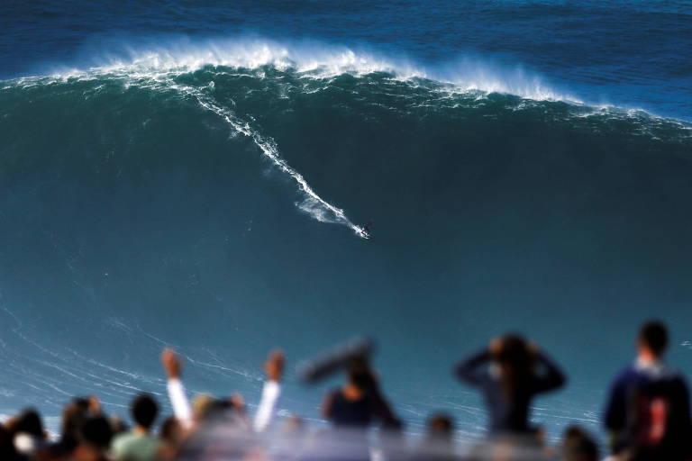 Surfista pega uma onda gigante na cidade portuguesa considerada a meca da modalidade