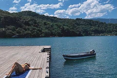 Bruno Gagliasso e Gio Ewbank ficam em ilha particular com diária de mais de R$ 20 mil