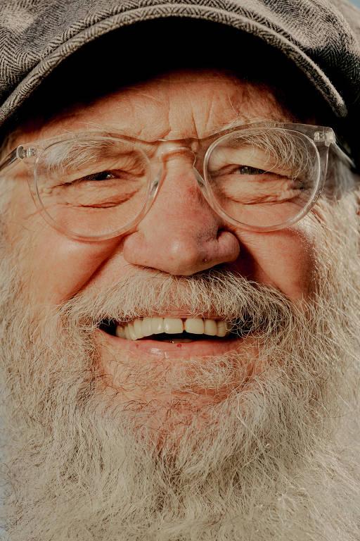 Homem branco de barba branca sorri