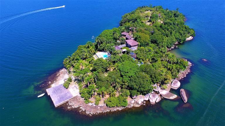 Esta ilha na Costa Verde é uma propriedade residencial e de veraneio, abrangendo 2.500 m2 e oferecendo acomodações luxuosas para até 10 hóspedes, enorme área comum e praia privativa