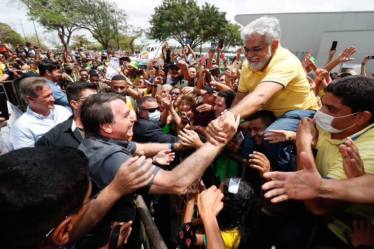 O presidente Jair Bolsonaro cumprimenta apoiadores nesta quinta-feira (29) em sua primeira visita ao Maranhão