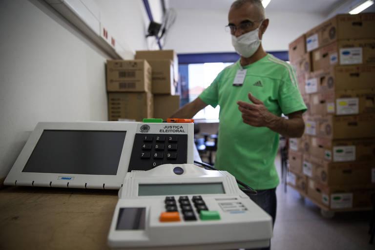 Na terceira zona eleitoral de São Paulo, no Bom Retiro, funcionário prepara e lacra as urnas que serão utilizadas nas eleições municipais em novembro