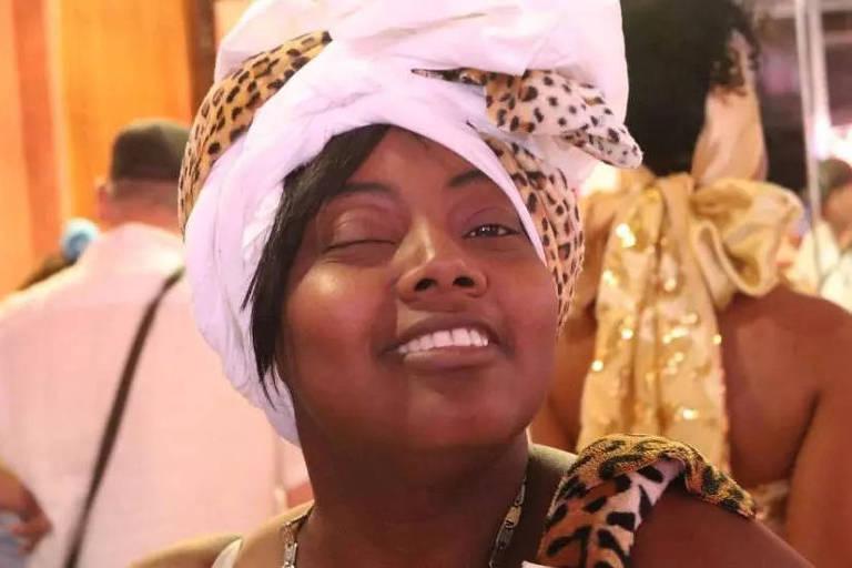 A brasileira Simone Barreto, 44, uma das vítimas do atentado terrorista à basílica de Nice, França, na quinta-feira (29). Na foto, ela participa da Lavage de la Madeleine, em Paris, em 2019