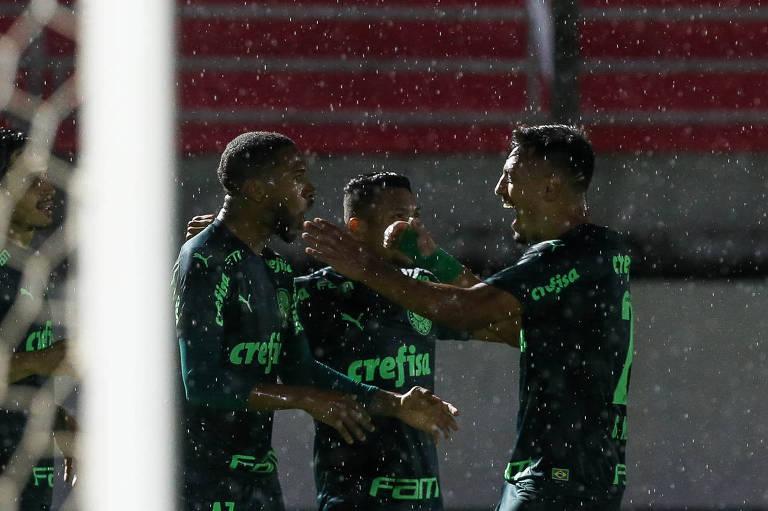 Jogadores do Palmeiras comemoram o gol de Wesley contra o Red Bul Bragantino