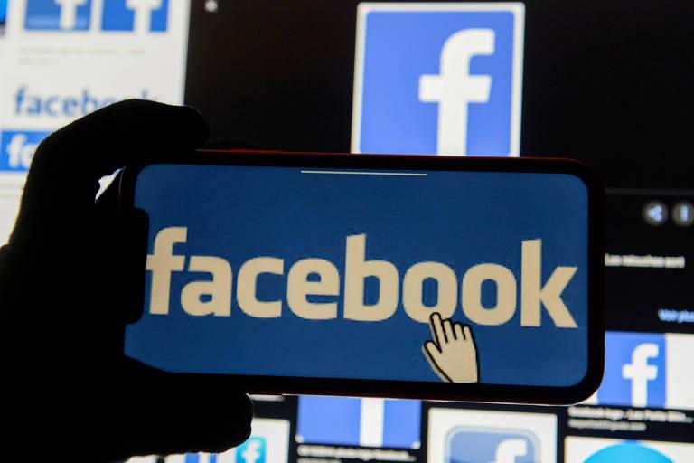 Celular apresenta logo do Facebook