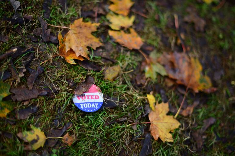 Adesivo com a frase 'eu votei hoje' em meio a folhas na Filadélfia, no estado da Pensilvânia