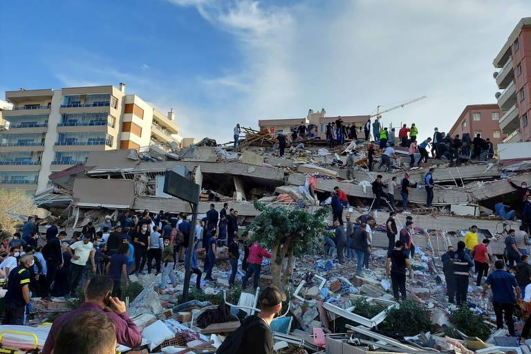 Idoso é resgatado após ficar 33 horas sob escombros em terremoto na Turquia