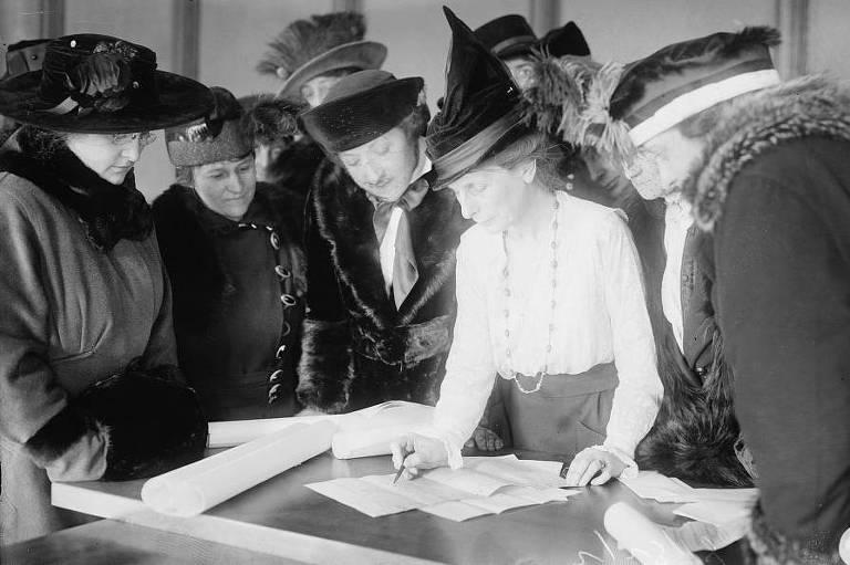 Sufragista Bertha M. Furman, que trabalhava na Liga das Mulheres Eleitoras, ensinando outras mulheres a votar