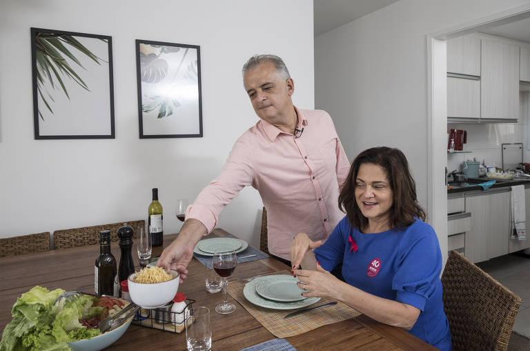 Márcio e Lúcia França almoçam estrogonofe com arroz e batata palha em seu apartamento