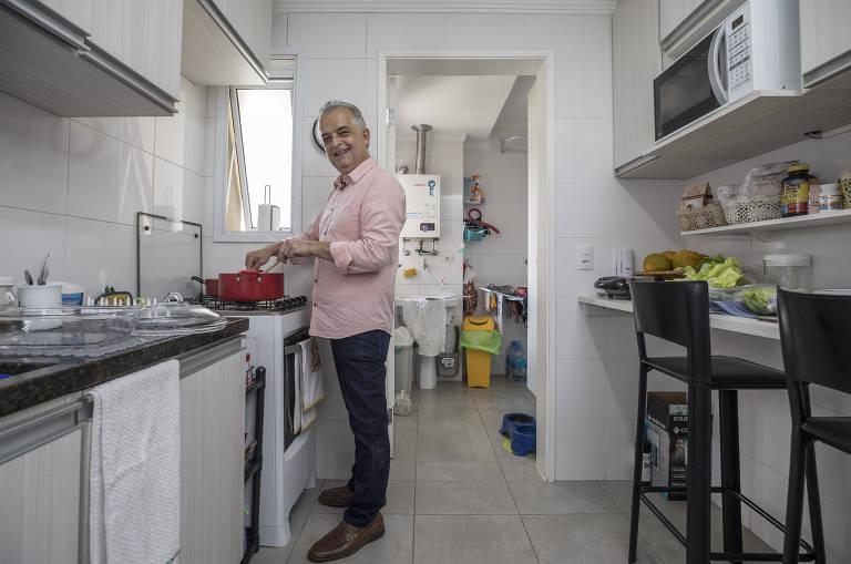 França na cozinha de sua casa, espaço que usa para preparar refeições para filhos e netos
