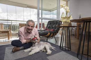 ESPECIAL***Candidatos a prefeito mostram suas casas***  Candidato Marcio Franca (PSB) brinca com seu cachorro Tabule (da raca schnauzer) na sala de seu apartamento onde mora com sua mulher Lucia Franca , no bairro Vila Mariana