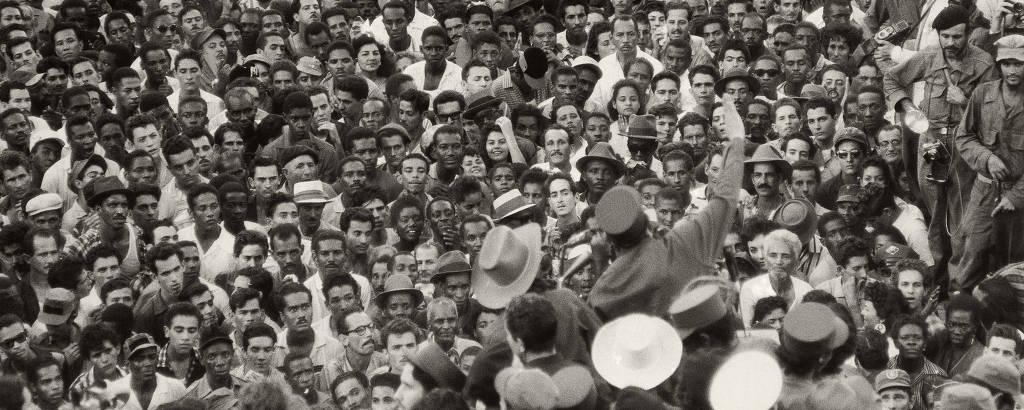 Multidão ouve o comício de Fidel castro durante a tomada de Havana pelos revolucionários em janeiro de 1959