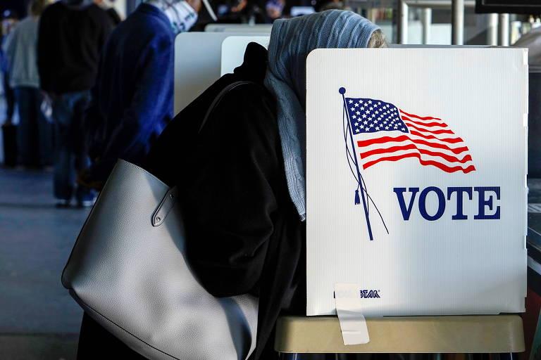 Eleitora vota de maneira antecipada em Tulsa, no estado de Oklahoma; a pandemia adicionou incerteza aos levantamentos eleitorais