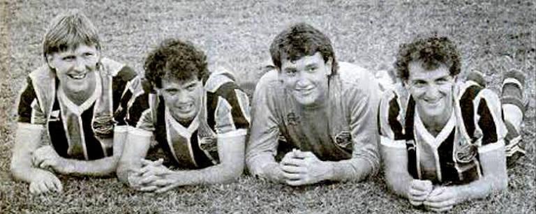 Jogadores deitados em um gramado