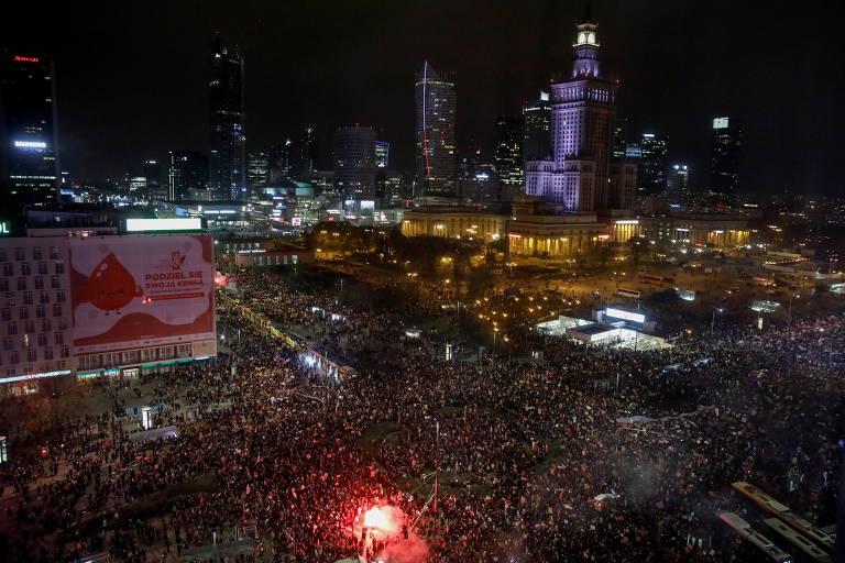 Imagem aérea e noturna mostra manifestantes reunidos na rua