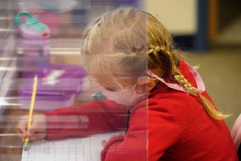 Menina durante aula na pré-escola em Provo, no estado de Utah