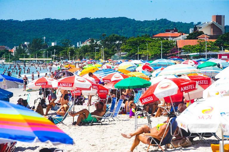 Com praia lotada em feriados, Florianópolis vê aumento de casos de Covid-19