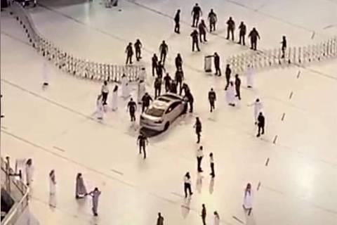 Carro avança contra a Grande Mesquita, em Meca