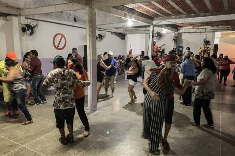 FORTALEZA/ CEARÁ/ BRASIL - 21/09/20 - :00h - RAIO X SOBRE A COVID NAS REGIÃO SUDESTE E NORDESTE DO BRASIL  Casais dançam no Forró do Albano na periferia de Fortaleza; espaço descumpre regras sanitárias ao promover evento em espaço fechado durante a pandemia de Covid-19   ( Foto: Karime Xavier / Folhapress)  ***EXCLUSIVO***Especial - O Brasil das várias pandemias