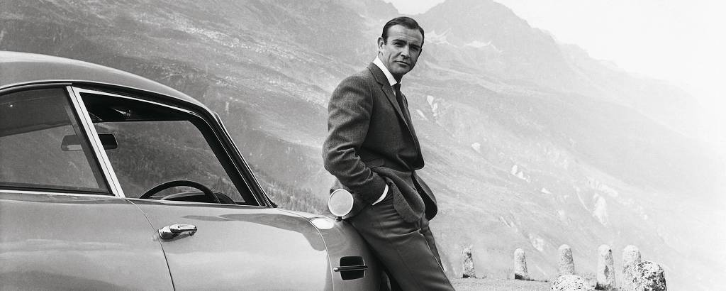 Sean Connery ao lado do carro DB5, de 1964 da Aston Martin, em cena no filme
