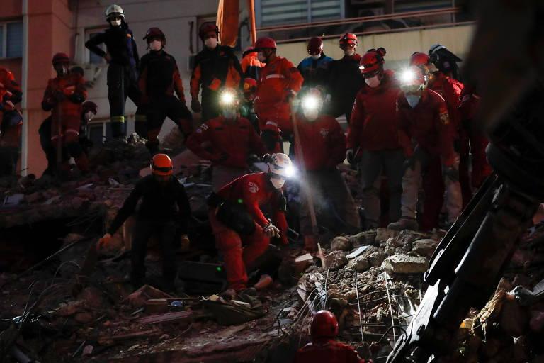 Após quase 18h, mãe e filhos são resgatados de escombros em cidade turca atingida por terremoto