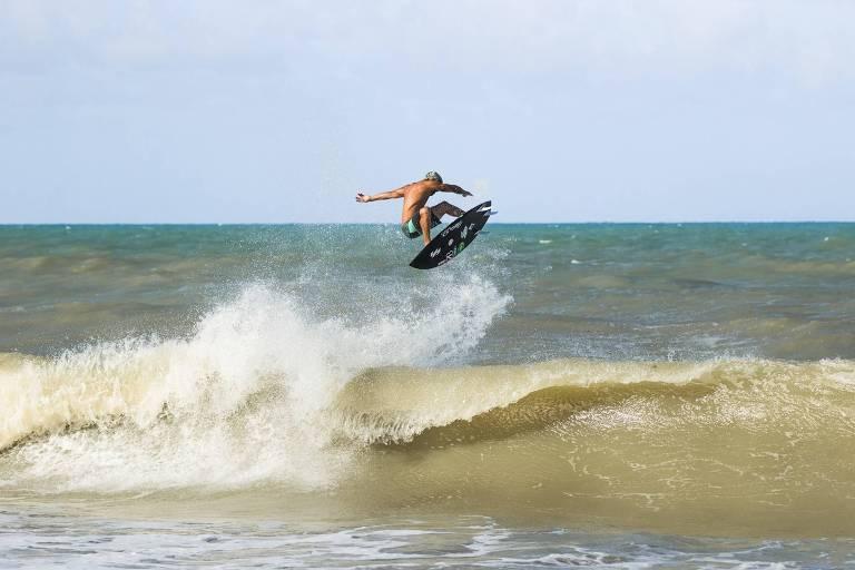 Italo Ferreira surfa em Baía Formosa, sua cidade natal