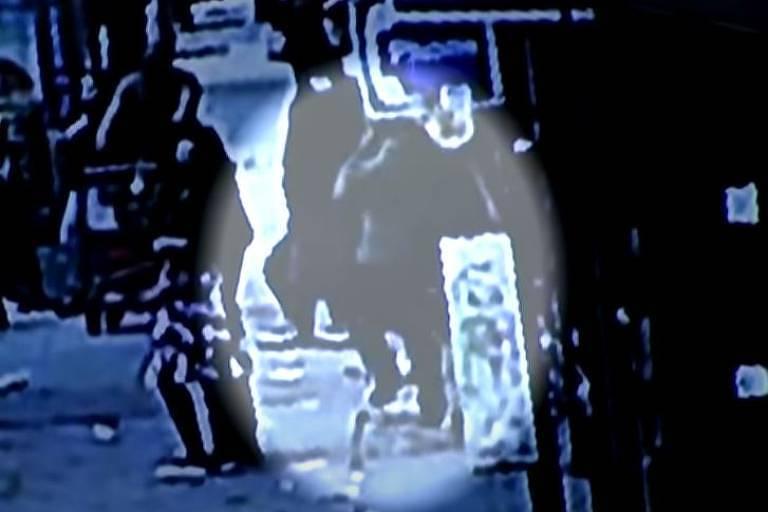 Homem em Nova York cai em buraco na calçada cheio de ratos; veja