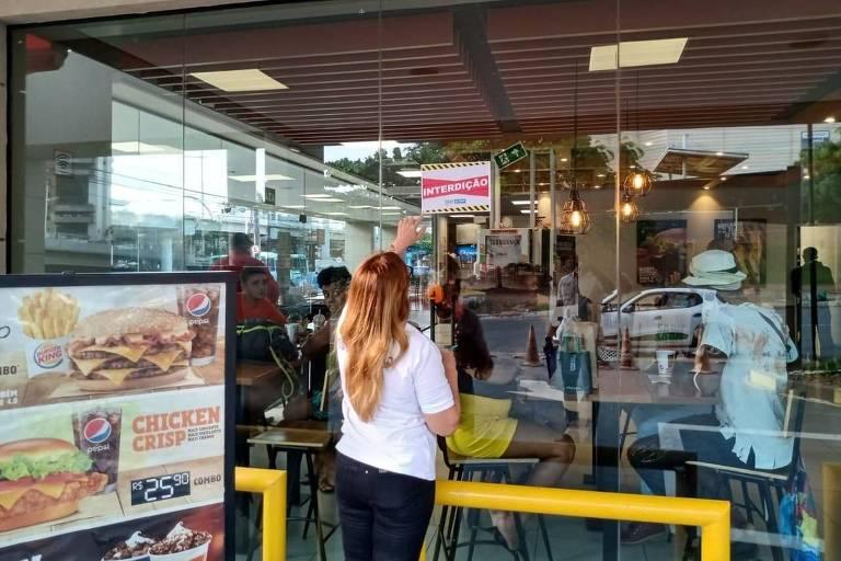 Burger King é interditado em Salvador após aglomerar com promoção de Dia das Bruxas