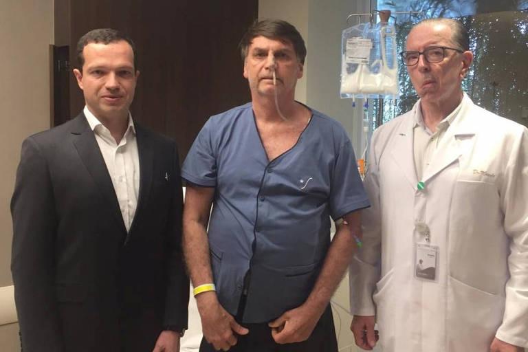 O presidente Jair Bolsonaro divulgou em sua conta no Twitter foto ao lado do cirurgião Antonio Luiz Macedo (à direita) e do médico  Luiz Henrique Borsato, em 12 de setembro de 2019.