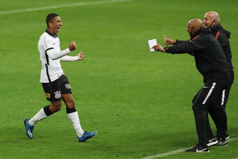 Davó corre para abraçar integrantes da comissão técnica do Corinthians após fazer o gol