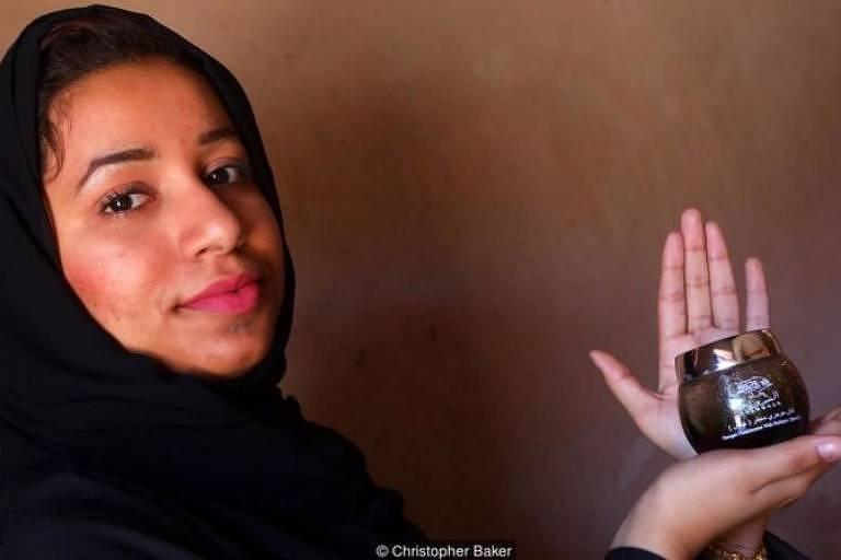 Maitha Al-Zahraa Nasser Al Hosni usa o incenso para afastar espíritos malignos