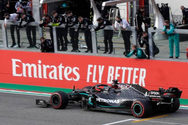 Lewis Hamilton celebra a vitória no GP de Emilia Romagna de F-1